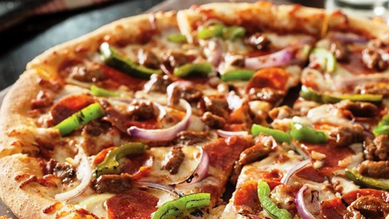 بيتزا غريبة و حديثة و لذيذة و اذا سويتوها حتخلص بسرعة من طعامته